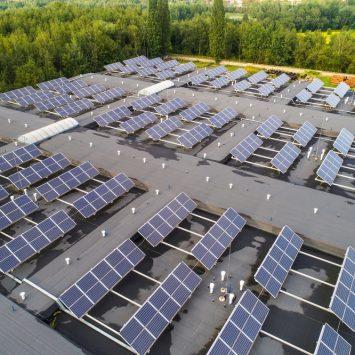 installation-panneau-solaire-toiture-batiment-professionnel