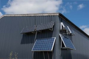 Panneau-photovoltaique-sur-facade-hangar-agricole