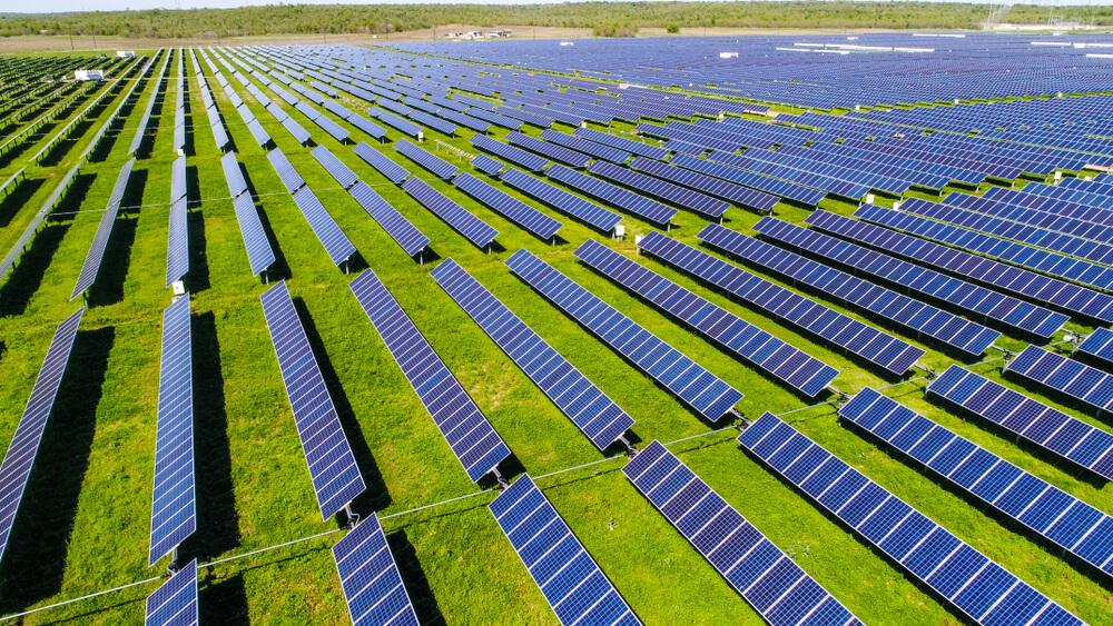 panneau-solaire-au-sol-sur-terrain-agricole