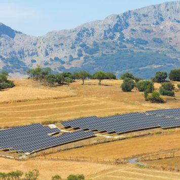 Des-panneaux-solaires-installés-sur-terrain-agricole