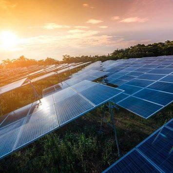 Panneau solaire sur un terrain agricole au couche du soleil
