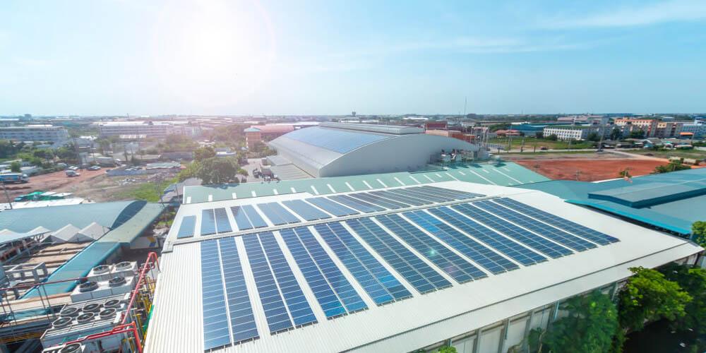 Bâtiment industriel : les avantages de transformer son toit en toiture solaire