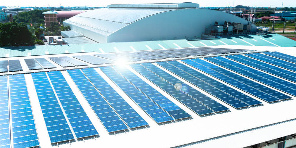 Produire de l'énergie solaire en exploitant des toitures de bâtiment industriel, quels sont les avantages ?
