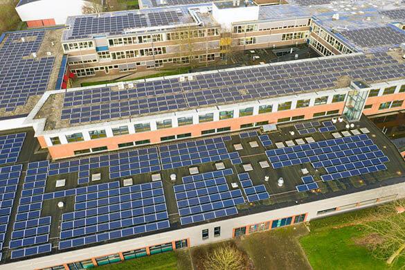 Toiture solaire pour bâtiment industriel : est-ce vraiment rentable ?