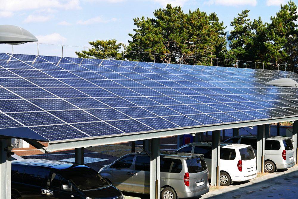 Ombrières de parking Rechargez les voitures électriques de vos clients et collaborateurs tout en abritant leurs voitures