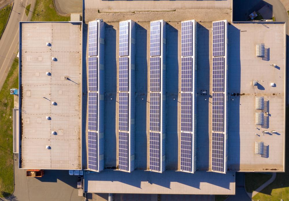 Pourquoi poser des panneaux solaires sur la toiture de son bâtiment professionnel