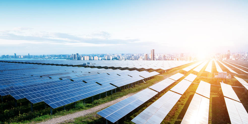 Installer des panneaux solaires dans un champ