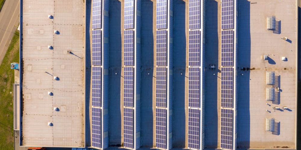 Pourquoi poser des panneaux solaires sur la toiture de son bâtiment professionnel ?