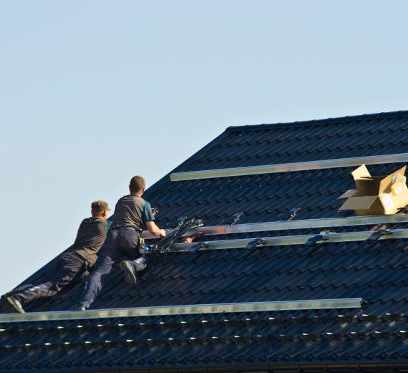 Comment installer des panneaux solaires sur un toit?