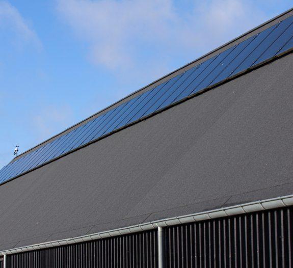 toiture industrielle avec des panneaux solaires