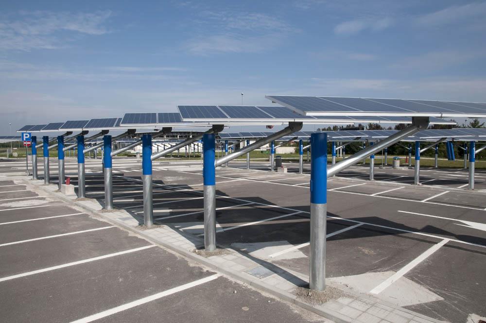 L'ombrière de parking solaire l'abri de parking qui produit de l'énergie grâce au soleil