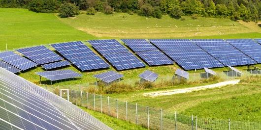 Avantages d'une installation de panneaux solaires sur un champ