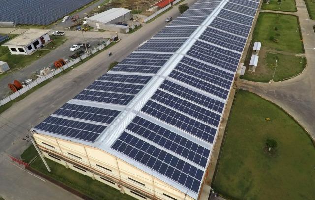 la centrale solaire sur toiture de bâtiment professionnel