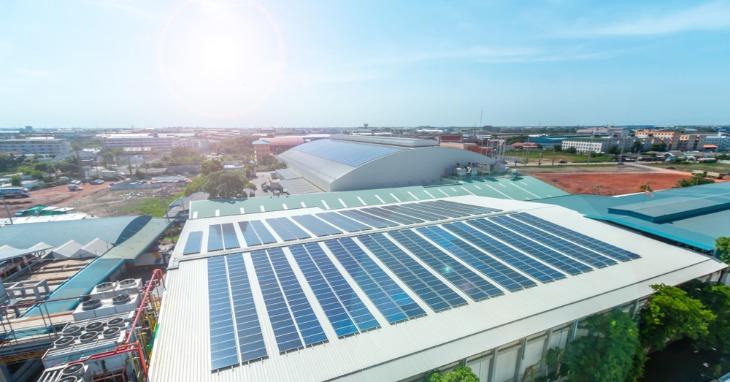 Installation de panneaux solaires lors d'un projet de location de toitures photovoltaïques agricoles